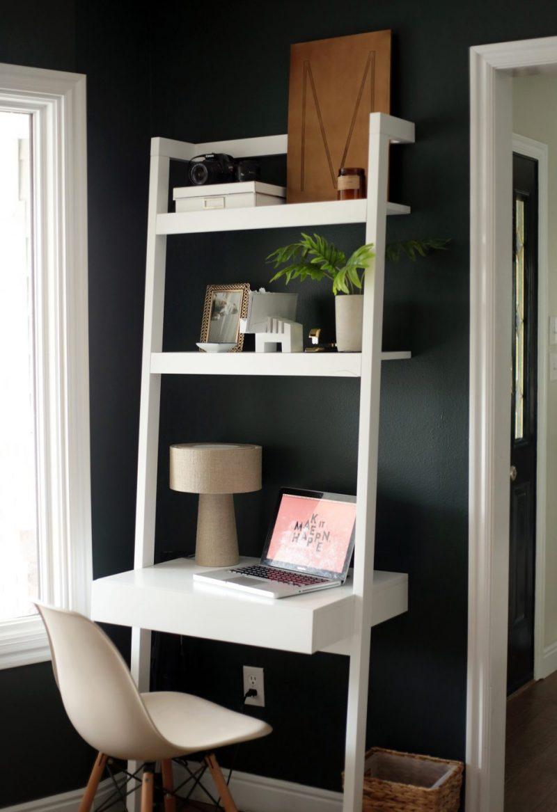 مكتب صغير في ركن