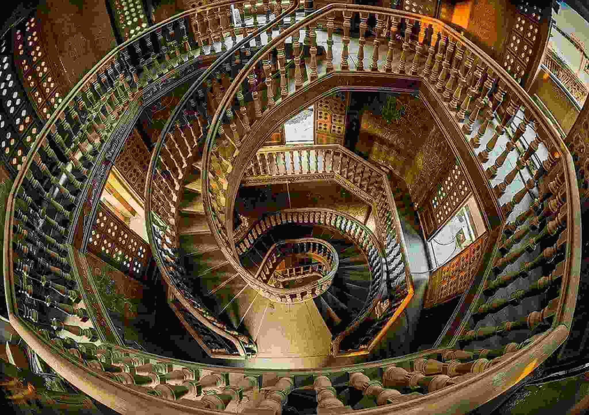 قصر البارون - السلم الخشبي