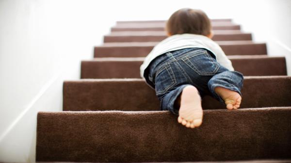 حماية الطفل من الأثاث .. دعي طفلك يتعرف على العالم من حوله بأمان