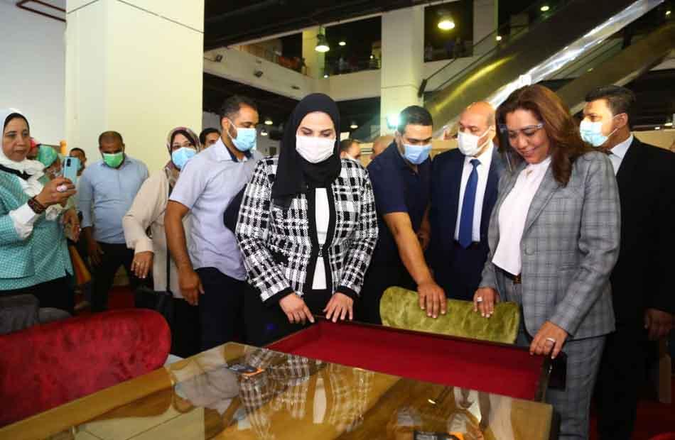 وزيرة التضامن تزور المعرض